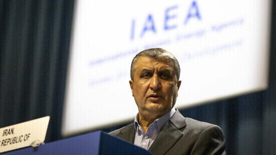 Mohammad Eslami, jefe de la agencia nuclear de Irán, habla en el escenario de la Conferencia General Internacional de Energía Atómica (OIEA) en Viena, Austria.