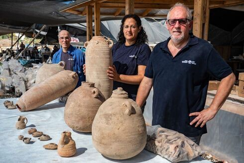 Vasijas y tinajas de almacenamiento de vino descubiertas en la excavación.
