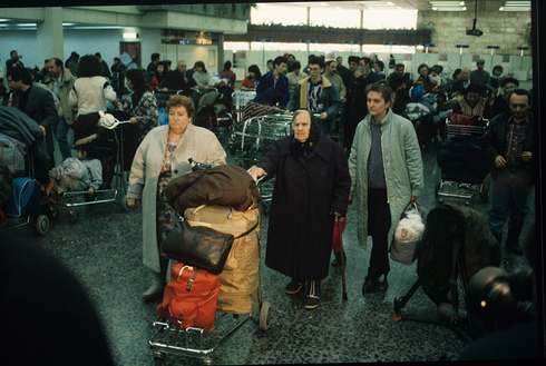 Inmigrantes judíos de la ex Unión Soviética en el aeropuerto Ben-Gurion en 1990.
