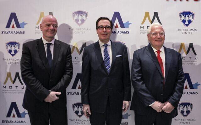 Gianni Infantino, el ex secretario del Tesoro de Estados Unidos, Steve Mnuchin; y el ex embajador de EE. UU. en Israel, David Friedman; durante la inauguración del Centro Friedman para la Paz.