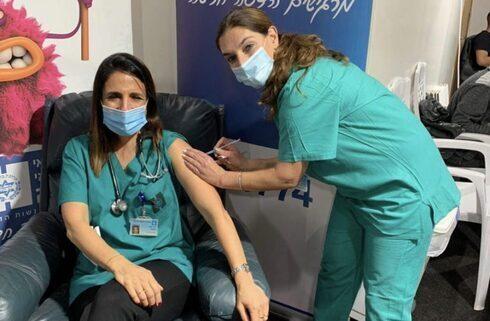 La médica argentina recibiendo la vacuna contra el coronavirus.