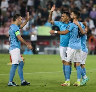 Zahavi y Dabour, los goleadores de la noche, son felicitados por el capitán Natkho.