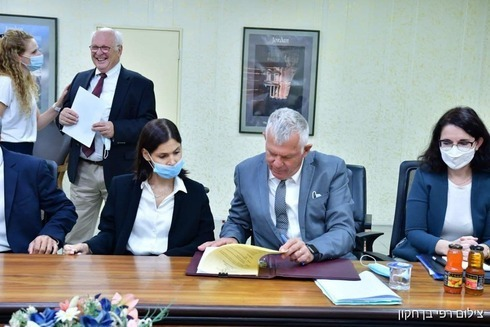 La ministra de Infraestructura, Energía y Recursos Hídricos, Karine Elharrar, se reúne con su homólogo jordano, Muhammad al-Najar, en Ammán, Jordania.