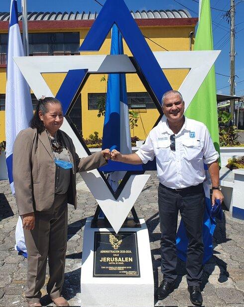 """El embajador de Israel en Guatemala, Matanya Cohen, y la alcaldesa de La Gomera, durante la inauguración de la calle """"Jerusalén Capital de Israel""""."""