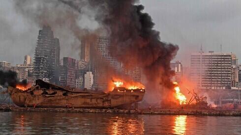 Barco envuelto en llamas, en el puerto de Beirut, horas después de la explosión.