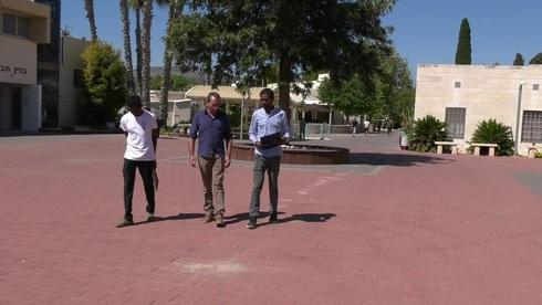 Refugiados de Eritrea y Sudán junto al director del campus juvenil de Kaduri.