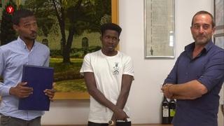 Entrega de títulos a los dos jóvenes refugiados de África.