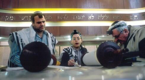 Un joven lee la Torá en la sinagoga Magen David de Caracas.