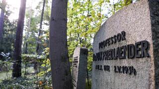 Tumba de Max Friedlaender en el  cementerio de Stahnsdorf, en Alemania.