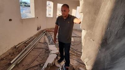 Hassan Shaalan observa las ruinas de su casa devastada en Baqa al-Gharbiyye.