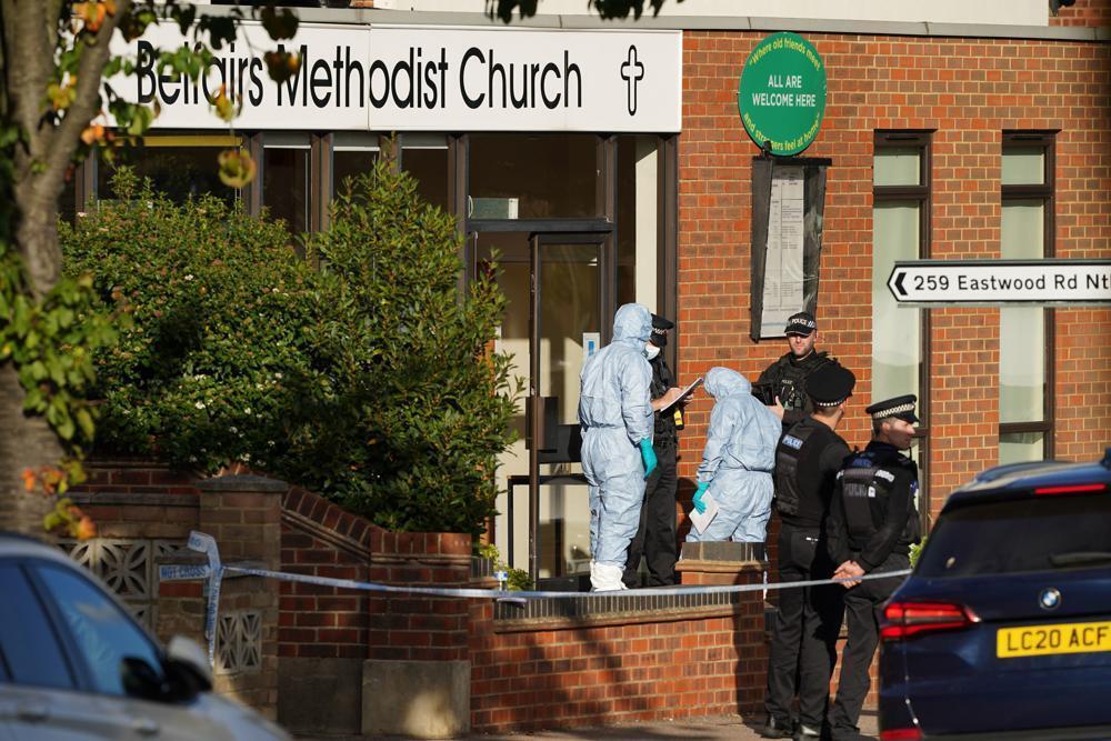 La policía científica trabaja en el lugar donde ocurrió el homicidio.