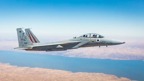 Un avión israelí F-16 participa en el entrenamiento de Bandera Azul en el Negev.