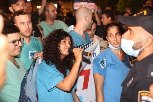 Médicos internos protestan frente a la residencia del director general del Ministerio de Salud.