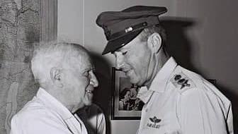 Yitzhak Rabin felicita a David Ben Gurion en el día que el primer primer ministro de Israel cumplió 80 años.
