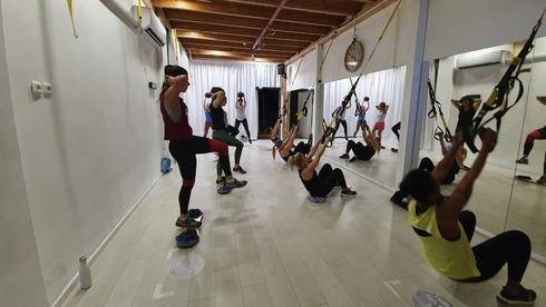 Personas haciendo ejercicio en un gimnasio del centro de Israel.