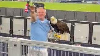 El posadero del águila mientras realiza el saludo fascista.