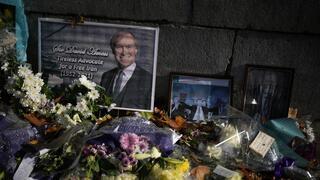 """""""Señor David Amess, incansable defensor de un Irán libre"""". Altar improvisado en homenaje al legislador británico asesinado."""