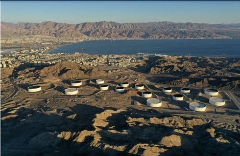 Contenedores de almacenamiento de petróleo de Eilat Ashkelon Pipeline Company (EAPC) en las montañas cerca de la ciudad portuaria de Eilat en el Mar Rojo de Israel.
