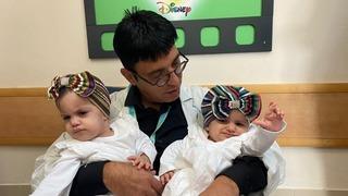 Dr. Mickey Gidon con las gemelas.